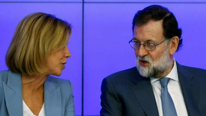 Mariano Rajoy conversa con la secretaria general del PP, María Dolores de Cospedal.