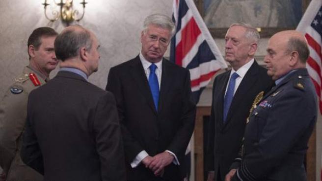 El ministro británico de Defensa, Michael Fallon (c), junto al Secretario de Defensa estadounidense, James Mattis, durante su reunión en la Lancaster House de Londres, Reino Unido.
