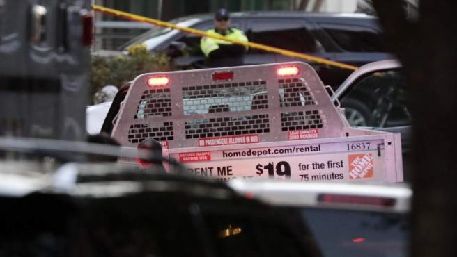 Investigadores de la policía cerca de la camioneta con la que se perpetró el atentado en Nueva York.