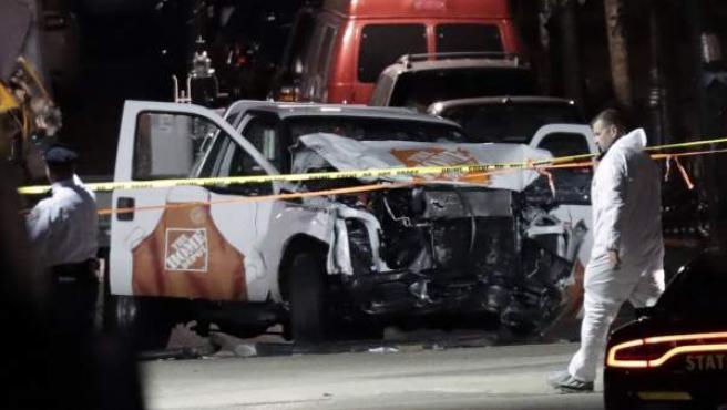 Autoridades investigan la escena de un crimen y la camioneta que condujo el autor del atentado en Manhattan en el que han muerto ocho personas y hay al menos 11 heridos.
