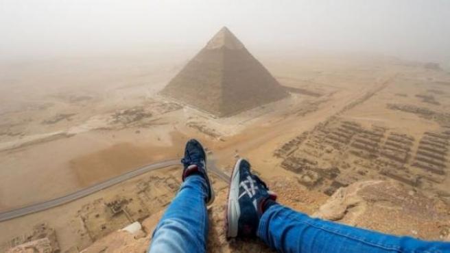 Andrej Ciesielski, un joven alemán de 18 años, ha escalado hasta lo más alto de una de las Siete Maravillas del Mundo, la pirámide de Keops, a plena luz del día. Eso sí, a riesgo de ser detenido ya que esta acción es ilegal en Egipto.