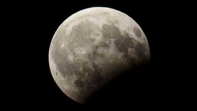 Vista del eclipse lunar parcial desde la localidad de Tiszafoldvar, a 144 km al sureste de Budapest (Hungría) en la noche del lunes al martes. El eclipse parcial de Luna de este martes podrá verse muy poco en España.