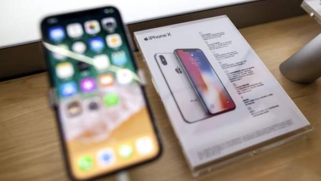 El nuevo iPhone X, exhibido en una tienda de Apple de Taiwán.