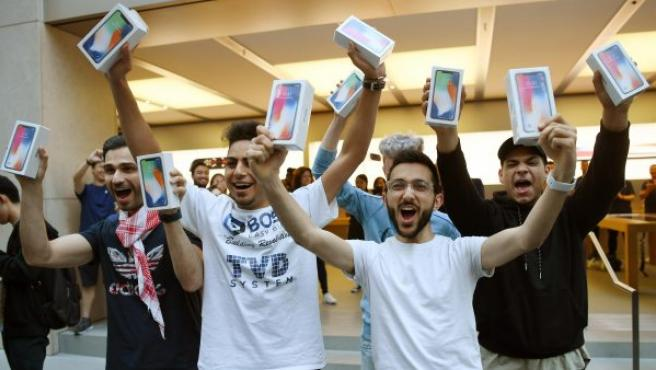 Varias personas celebran su compra del nuevo iPhone X, en una tienda Apple en Sídney (Australia).