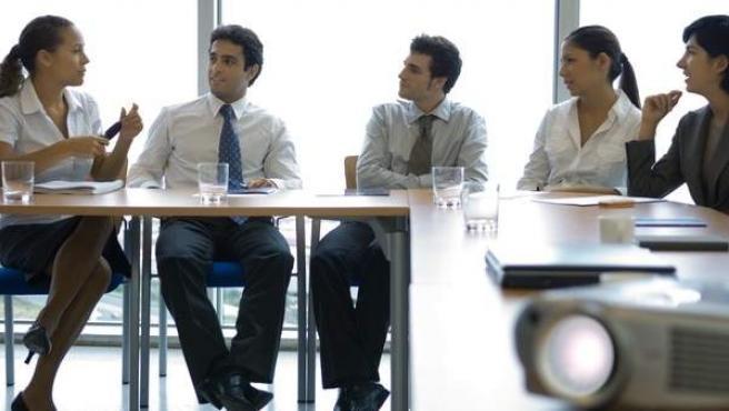 Mujeres y hombres en una reunión de trabajo.
