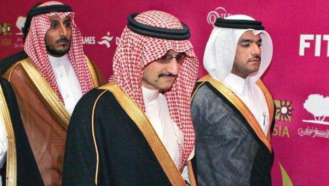 El príncipe Al Walid Bin Talal Bin Abdulaziz Al Saud (en el centro), rodeado de su séquito en una gala benéfica en Qatar por las víctimas del terremoto de Pakistán de 2005.