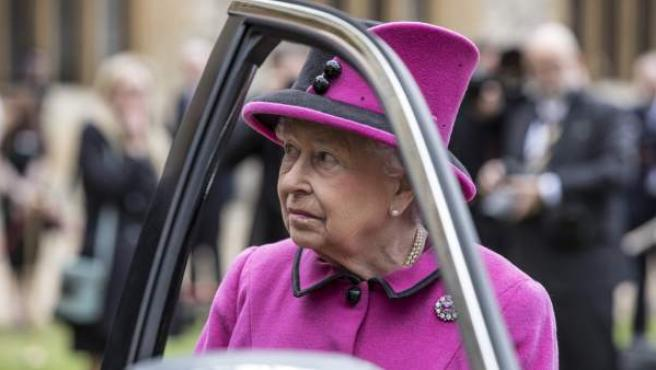 La reina de Inglaterra, Isabel II, junto a uno de sus vehículos.