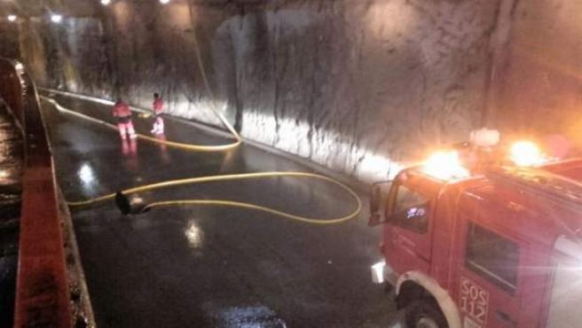 Bomberos del 112 achican agua en el túnel de Los Corrales de Buelna