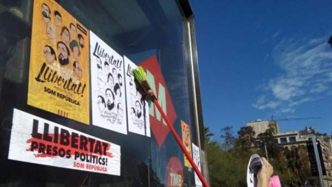 Pegada de carteles que pide la libertad de los 'Jordis' y de los exconsellers del Govern.
