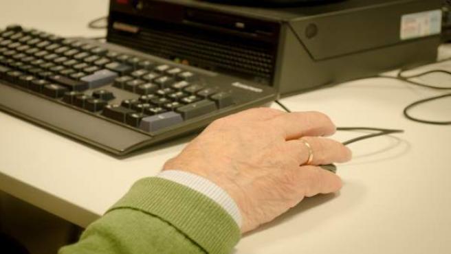 Mano de jubilado, personas mayores, clases de internet, centro de mayores