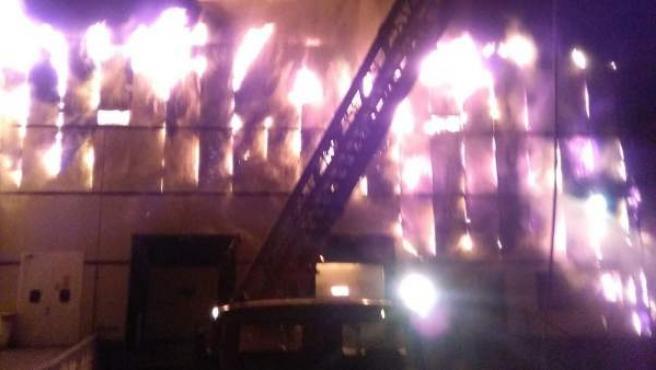 Todavía se desconocen las causas que provocaron el incendio en una fábrica en el Polígono de Vicolozano de Ávila.