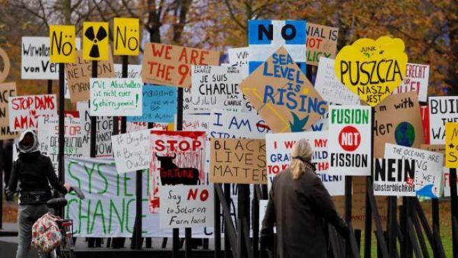 Numerosos carteles colocados por activistas con motivo de la celebración de la Conferencia de la ONU sobre el Cambio Climático (COP23), en Bonn, Alemania.