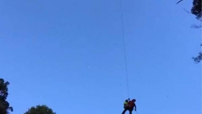 El helicóptero, durante el traslado