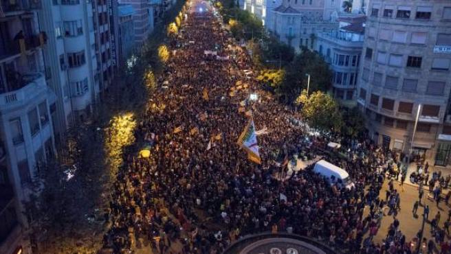 Manifestación por las calles de Lleida para pedir la liberación de los exconsellers encarcelados.