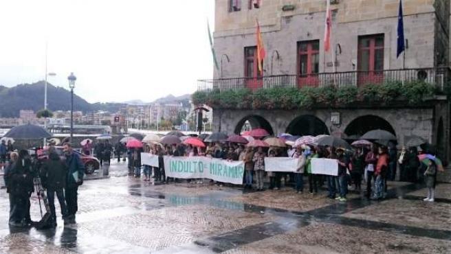 Concentración en Castro Urdiales para pedir el indulto para el Hotel Miramar