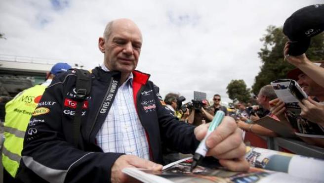 Un grupo de aficionados pide autógrafos al ingeniero de Red Bull, Adrian Newey.