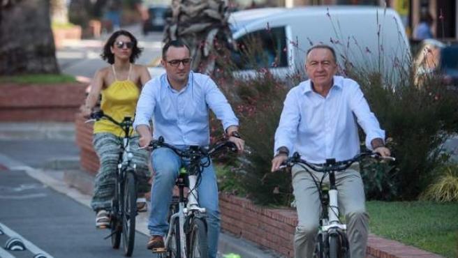 Varias personas utilizan el uevo carril bici de El Prat (en Barcelona)
