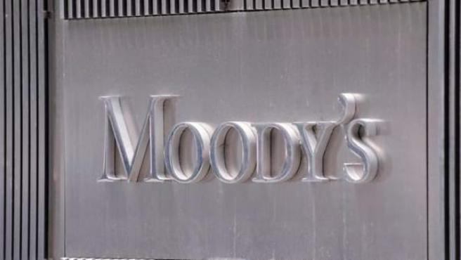 Fotografía de archivo del 13 de julio de 2011 donde se ve el cartel de la agencia calificadora Moody's en su oficina de Nueva York (EE UU).