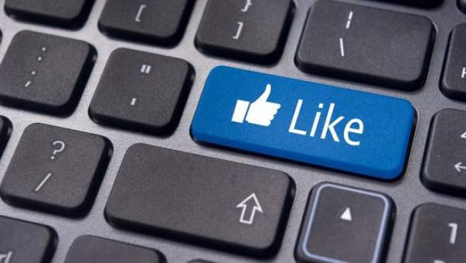 Un teclado con el famoso botón de 'Me gusta' de Facebook.