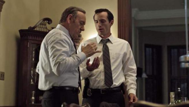 Kevin Spacey (izda) y Nathan Darrow (dcha) en la serie 'House of Cards'.