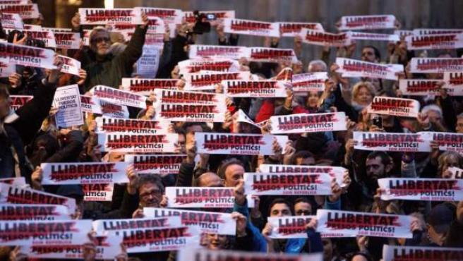 Manifestación en la plaza de la Catedral de Barcelona por la libertad de los presos políticos.