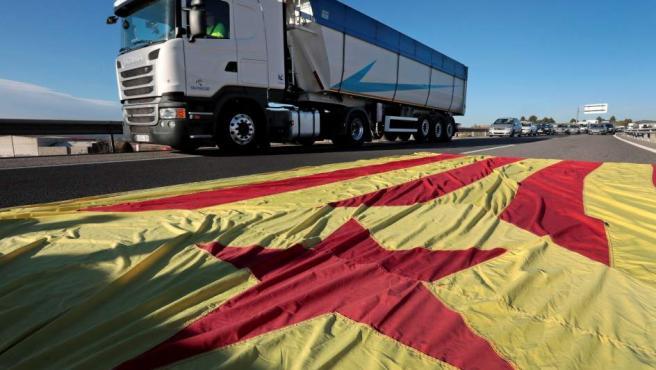 La autovía A-2 a la altura de Òdena (Barcelona) que ha sido cortada por un grupo de manifestantes durante la huelga general en Cataluña.