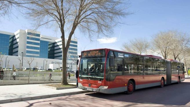 Un autobús de la EMT de València, estacionado junto al Hospital La Fe.