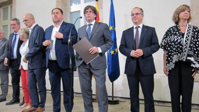 El expresidente de la Generalitat Carles Puigdemont y los consellers cesados del Govern.
