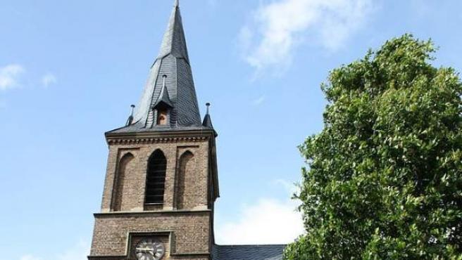 Una imagen de la fachada de la Iglesia católica de San Cosme y San Damián en Renania (Alemania).
