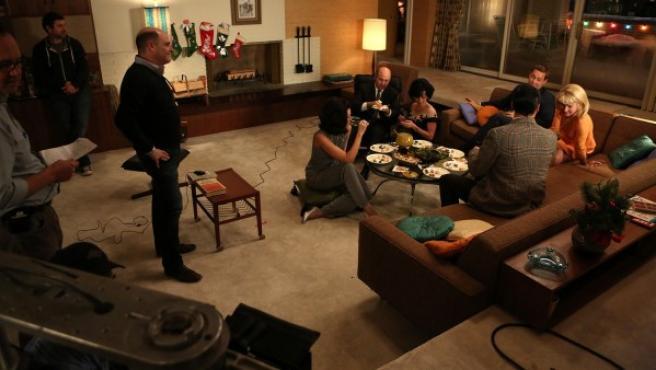 Matthew Weiner (de pie) dirige una escena de la sexta temporada de 'Mad Men'.