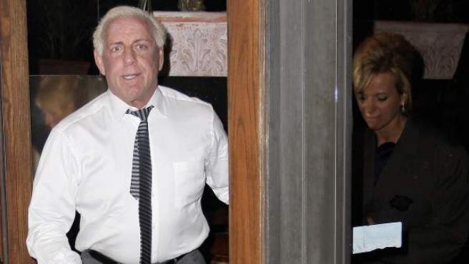 Ric Flair saliendo de un restaurante en una imagen de archivo.