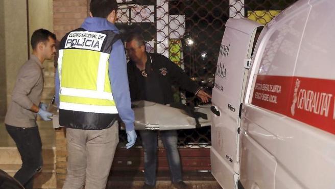 Efectivos de los servicios funerarios trasladan los restos mortales de la niña de dos años degollada por su padre en Alzira.