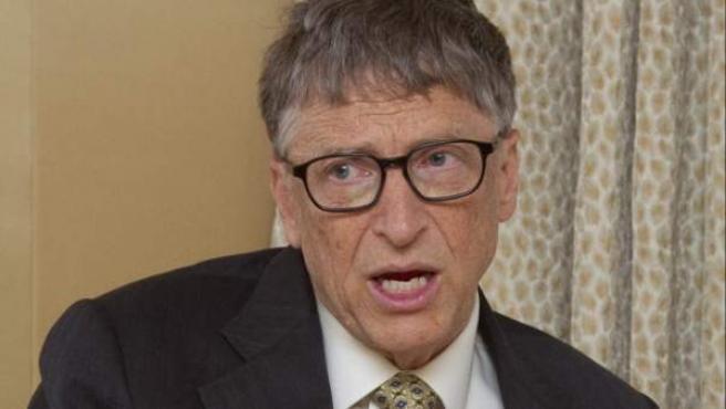 El multimillonario estadounidense Bill Gates habla durante una entrevista en Nueva York.