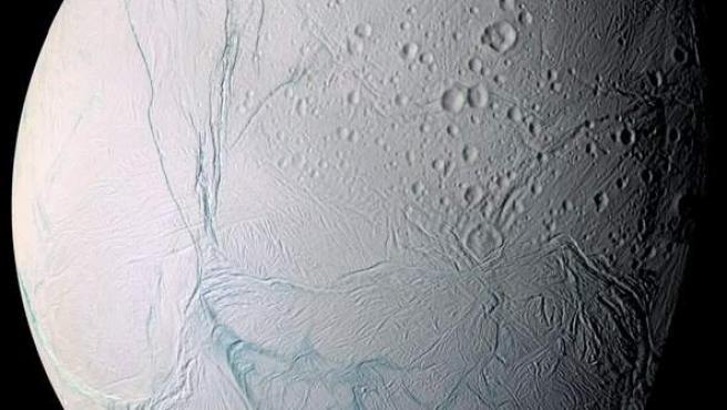 El pasado año los científicos de la misión Cassini-Huygens, un proyecto conjunto de la NASA y la ESA que estudia Saturno y sus lunas, detectaron la probable presencia del mar, que en un principio se supuso restringido a una región del hemisferio sur. Sin embargo, investigaciones más recientes han confirmado que el océano de Encélado ocupa toda la extensión del satélite. El hecho de que además contenga los principales elementos químicos necesarios para la vida, tal como la conocemos, ha aupado a esta pequeña luna de Saturno a la posición de candidato favorito para muchos científicos.