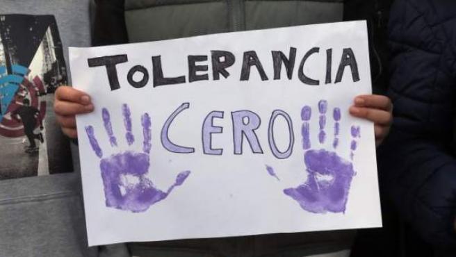 Un manifestante sostiene una pancarta contra la violencia machista durante una concentración.