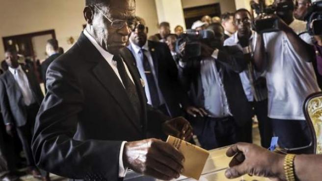 El presidente de Guinea Ecuatorial, Teodoro Obiang Nguema Mbasogo, deposita su voto en las elecciones legislativas y municipales.