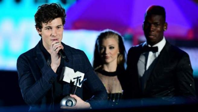 El artista Shawn Mendes recoge uno de sus premios MTV Europe Music Awards 2017.