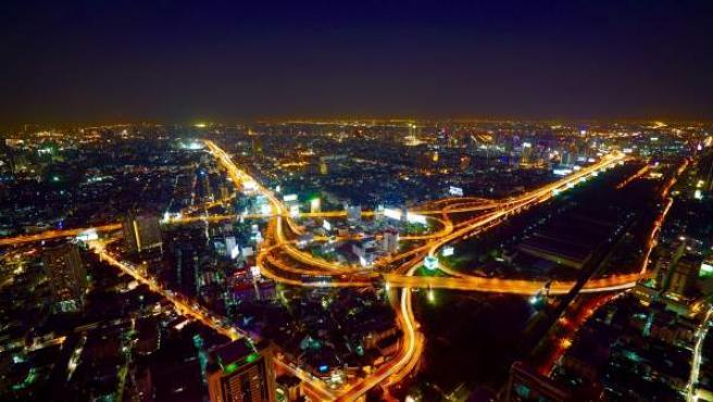 Vista elevada de una gran ciudad por la noche.