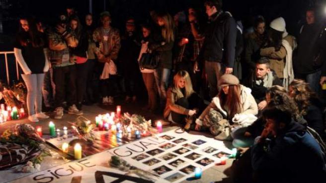 Familiares, amigos y conocidos de las cinco jóvenes muertas en la tragedia del Madrid Arena hace un año, durante la vigilia celebrada junto al pabellón para recordarlas.