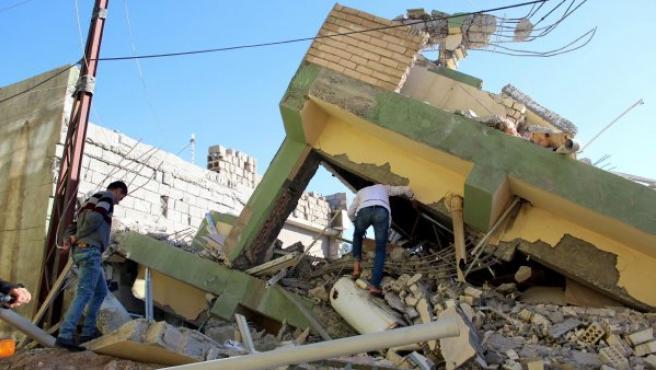Dos hombres inspeccionan los restos de un edificio dañado tras el terremoto de 7,3 grados en la escala Richter registrado en la frontera entre Irán e Irak.
