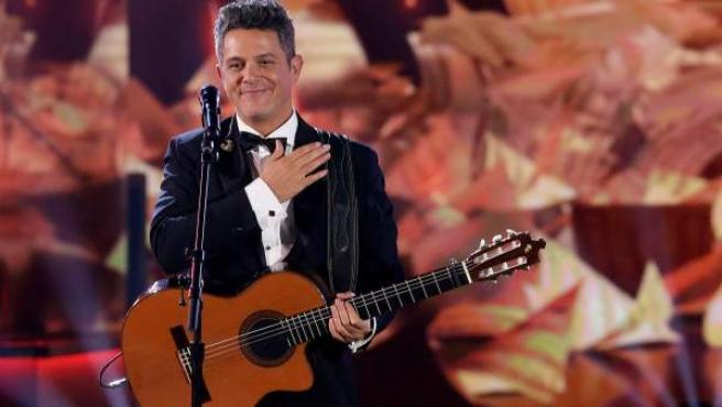 El cantante español Alejandro Sanz actúa durante la gala Persona del Año 2017 de la Academia Latina de Artes y Ciencias de la Grabación celebrada en su honor en el Centro de Convenciones Mandalay Bay en Las Vegas.