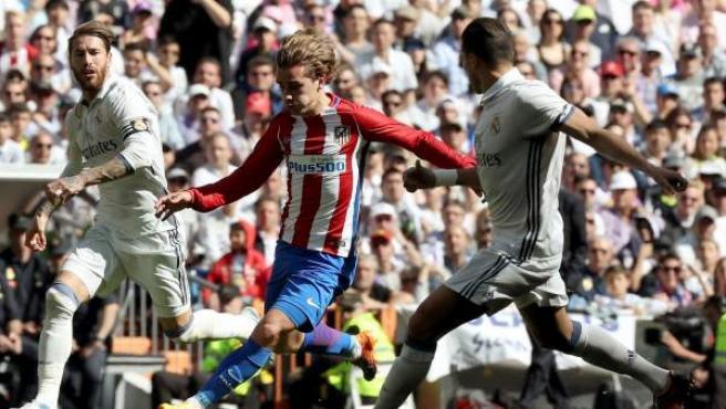 Antoine Griezmann dispara ante Sergio Ramos y Pepe.