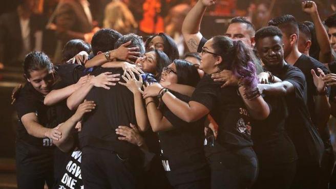 """Un grupo de 'dreamers' abraza al cantante Alejandro Sanz en el escenario, tras recibir el cantante español el reconocimiento a """"Persona del Año"""" durante los XVIII Premios Grammy Latino."""