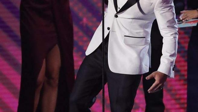 Luis Fonsi recibe el premio a Canción del Año por su éxito 'Despacito', durante los XVIII Premios Grammy Latino, celebrados en el MGM Grand Garden Arena de Las Vegas (EE UU).