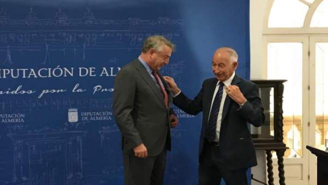 El presidente de RTVE recibe el Escudo de Oro de la Provincia de Almería.