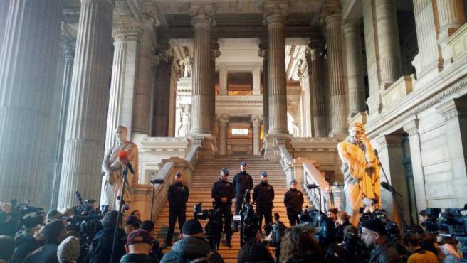Numerosos periodistas esperan en el Palacio de Justicia de Bruselas, donde ha tenido lugar la vista del juez con Puigdemont y los cuatro exconsejeros.