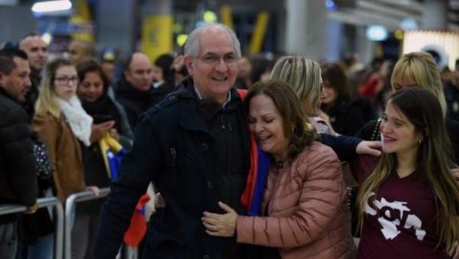 El alcalde metropolitano de Caracas y opositor venezolano, Antonio Ledezma, es recibido por su mujer, Michi Capriles (c), y sus hijas, a su llegada al aeropuerto de Madrid Barajas.
