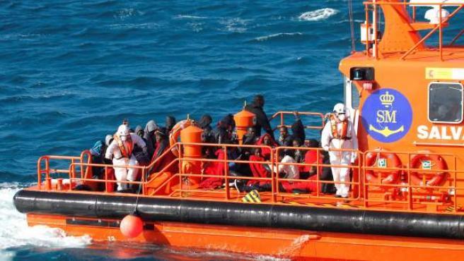 Algunos de los inmigrantes rescatados el pasado sábado por Salvamento Marítimo cuando intentaban alcanzar las costas españolas a bordo de dos pateras.