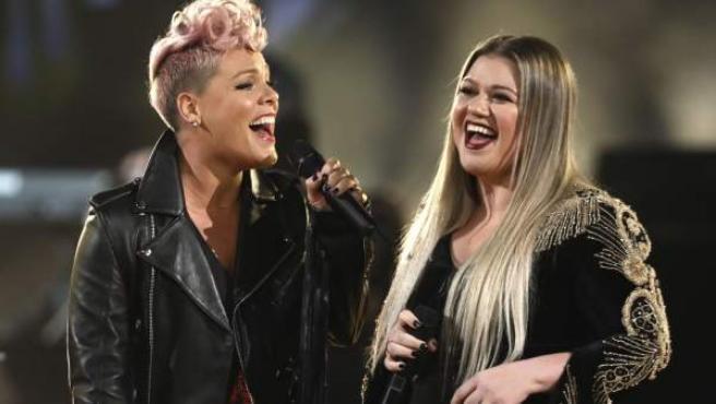 Pink (izda) y Kelly Clarkson interpretan 'Everybody Hurts' en los American Music Awards.