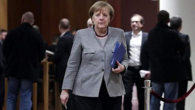 La canciller alemana, Angela Merkel, en un receso durante las negociaciones en Berlín para formar una alianza de Gobierno en Alemania.